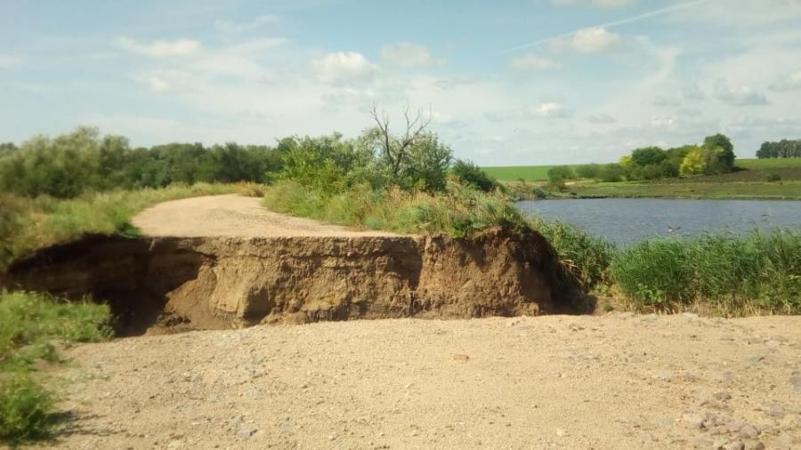 Наслідки негоди: жителі одного з сіл на Кіровоградщині вже другий місяць відрізані від райцентру (ФОТО)