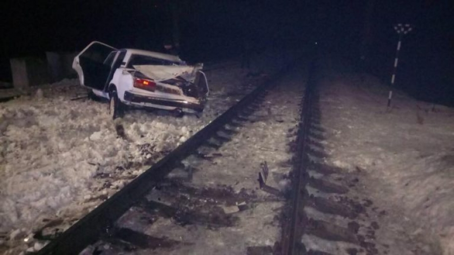 На Кіровоградщині легковий з п'яною п'ятіркою протаранив пасажирський потяг, є постраждалі (ФОТО)